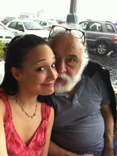 Gupse Özay ve babası Senih Özay. Genç oyuncunun babası İzmir'in tanınmış avukatlarından birinin kızı.