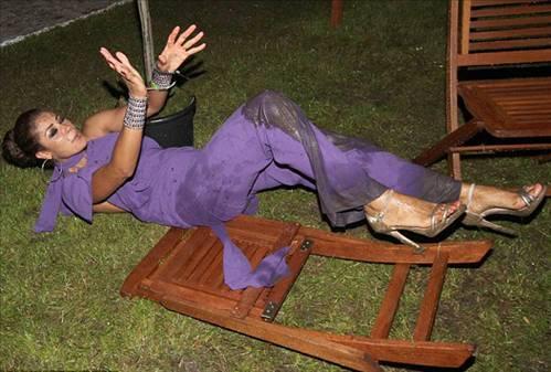 ABD'li oyuncu Layla Flaherty oturduğu sandalyede dengesini ayarlamayınca bakın neler oldu?