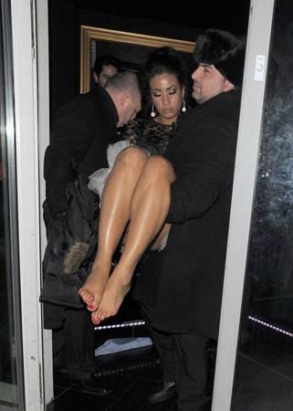 Arkadaşlarıyla Londra'da eğlenmeye giden Flaherty, çıkışta yaptığı anlamsız hareketlerin ardından arkadaşının kucağında arabasına taşındı.