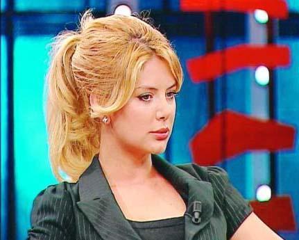 """Bunun nedenini de şöyle açıkladı: """"Sarışın olmaktan çok sıkıldım. Küçükken de çok sarıydım. Kendimi bildim bileli de boyatıyorum saçlarımı. Medyadaki görüntümden sıkıldım. Sarışınlık bana bir şey katmıyordu.   Benden bir şey alıyor gibi geldi. İyi bir reklam kampanyası olmadığı sürece değiştirmeyi düşünmüyorum. Gösteri dünyasındaki insanlar beğenmiyor. Ama normal insanlar beğeniyor. Ben de normal bir insan olmak istiyorum."""""""