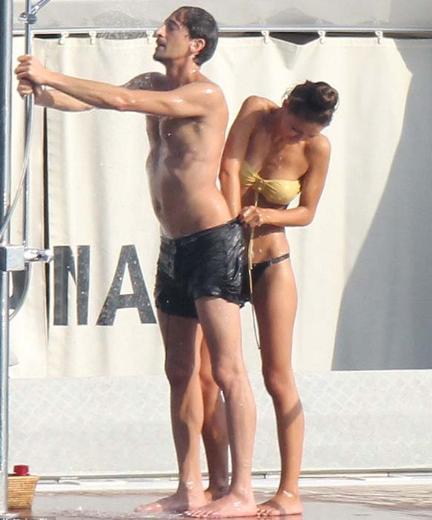 KOMİKSİN ADRIEN! Ünlü oyuncu Adrien Brody, tatilde bile peşinden ayrılmayan paparazzilere öyle bir gösteri yaptı ki...