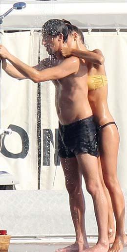 Arkadaşlarının da eşlik ettiği çift, duş altında birbirinden eğlenceli pozlar verdi.