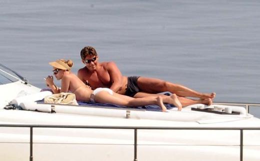 İtalya'da tatil yapan Johansson çıktığı tekne gezisinde bir an olsun yanından ayrılmayan korumasıyla dikkat çekti.