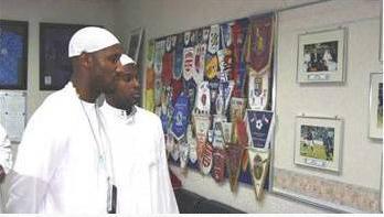 Fenerbahçe'nin eski Fransız yıldızı Nicolas Anelka 2004 yılının Mayıs ayının son haftası Birleşik Arap Emirlikleri'nde tatil yaparken Müslüman oldu.   O tarihte İngiltere Premier Lig takımlarından Manchester City forması giyen Anelka, Dubai'de Al-Wassal Camii'nde bir müftü ve iki imamın huzurunda kelime-i şahadet getirerek islamı seçti.