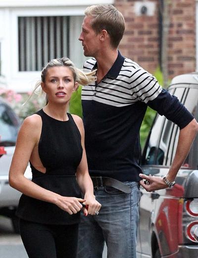 Futbolcu Peter Crouch'un eşi olan Abbey Crouch, hem aşırı zayıfladı hem de estetik kurbanına dönüştü..