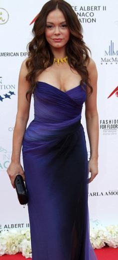 Ama 38 yaşındaki Rose McGowan kısa bir zaman önce yüzünün duru güzelliğiyle dikkat çekiyordu. Sonra o da gösteri dünyasındaki estetik çılgınlığına kapıldı.   Monaco Prensi AlberT'in himayesinde Monte Carlo'da düzenlenen bir yardım gecesine katılan oyuncu son görüntüsüyle hayranlarını hayal kırıklığına uğrattı.
