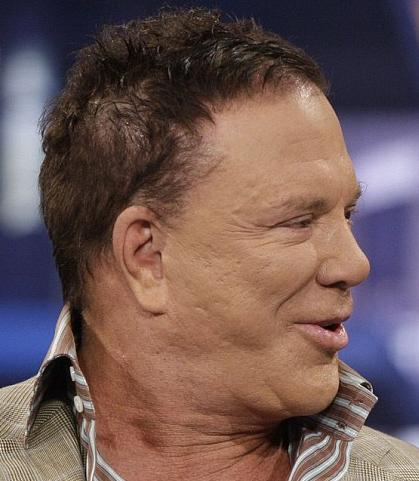 Ama 58 yaşındaki aktör doğal yaşlanma sürecine kafa tutarak tuhaf bir görünüme büründü.