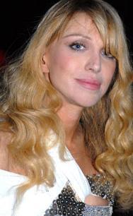 Oysa Courtney Love hiç de çirkin bir kadın sayılmazdı.