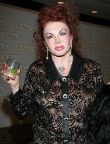 Ünlü aktör Sylvesten Stallone'nin annesi Jackie de estetik kurbanlarından.