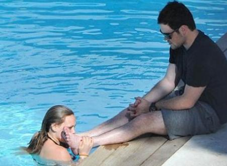 Bu kez eşinin ayağını öpen ünlü şarkıcı Hilary Duff. Geçen yıl tatilde eşi Michael Comrie'nin ayağını öperken objektiflere takılmıştı.