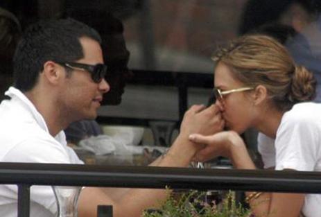Jessica Alba, kocası Cash Warren'ın ellerini öpücülere boğdu.