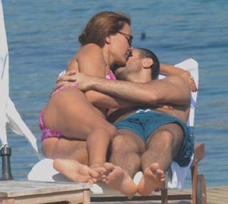Demet Akalın ve Okan Kurt sahilde aşk tazeledi.