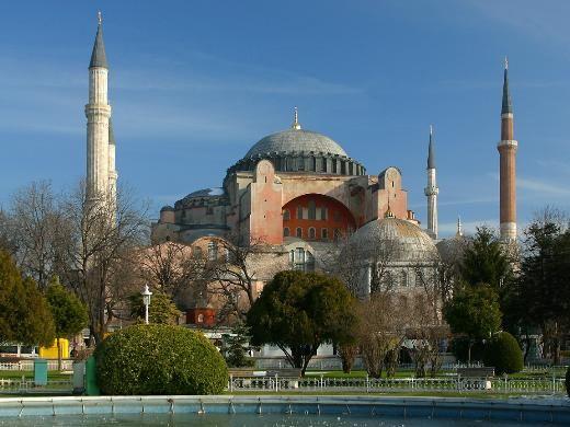 10- Ayasofya, Türkiye  6'ncı yüzyılda sadece 5 yıl gibi kısa bir sürede inşa edilen 56 metre yüksekliğinde 31 metre genişliğinde eşsiz bir kubbeye sahip bu devasa yapı Bizans zamanında kilise, Osmanlı zamanında cami olarak kullanıldı. 1932'den beri de bir müze.