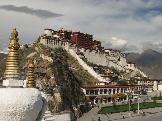 """2- Potala Sarayı, Tibet  Llasa'da 1300 yıl önce 7 bin işçinin inşa ettiği 13 katlı binlerce odalı """"Kışlık Saray"""" bugün bir müze ve UNESCO'nun Dünya Mirası listesinin gözdelerinden biri."""