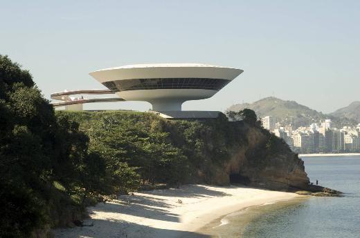 8- Oscar Niemeyer Müzesi, Brezilya  Brezilya'nın başkenti Brasilia'nın mimarı olarak anılan Oscar Niemeyer'in Curitiba kentinde inşa ettiği müze, bütün sıradışı sanat eserleri gibi ya çok seviliyor ya da nefret ediliyor. Ama kimse bu göz şeklindeki egzantrik yapıya kayıtsız kalamıyor.