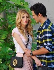 Sinem Kobal'ın dizideki rol arkadaşı Birhan Sokollu ile olan öpüşme sahnesi sadece ikilinin yüzlerinin birbirine yaklaşmasıyla sona ermişti.