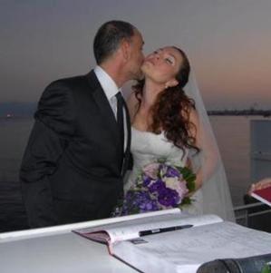 Umutsuz Ev Kadınları'nda rol alan Cenk Ertan da Fulya Ceylan Aksülü ile evlendi. Ertan da olgun yaşta evlenmeyi tercih edenlerden. Ertan 1970 doğumlu.