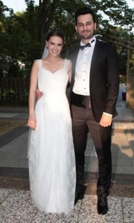 Yaklaşık bir buçuk yıllık ilişkilerini geçen hafta nikah masasına taşıdı Aslı Enver ve Birkan Sokollu.