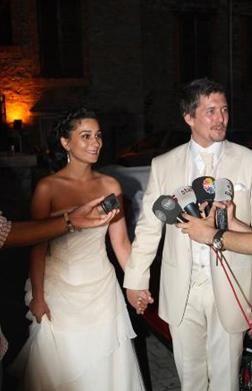 Mete Horozoğlu da 30'larının sonunda evlendi. Horozoğlu, 1973 doğumlu. Aktör bir süre önce baba oldu.
