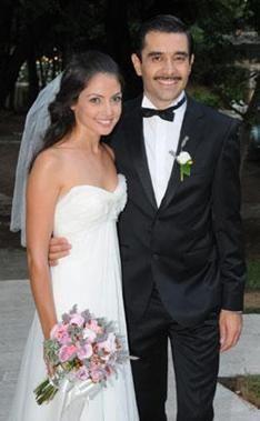 Cansel Elçin biraz daha olgun bir yaşta evlenmeyi tercih etti. Elçin 1973 doğumlu.. Evlendiği Pınar Apaydın ise 20'li yaşlarında.