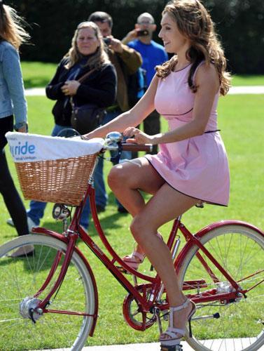 Bu amaçla kampanyalarında ünlüleri de katan gruba Brook, destek verdi. Manchester sokaklarında kırmızı dekolteli elbisesi ile bisiklete binen seksi manken Twitter'dan çok hoş dakikalar geçirdiğini yazdı.