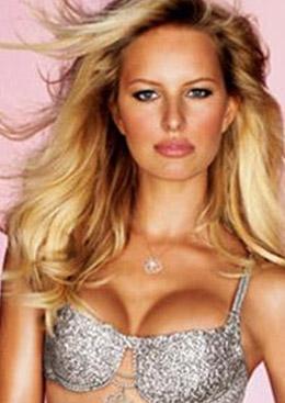 Karolina Kurkova'nın tanıttığı bu sutyen de elmaslarla süslüydü.. 2006'nın tasarımı olan sutyenin değeri 6 buçuk milyon dolar.