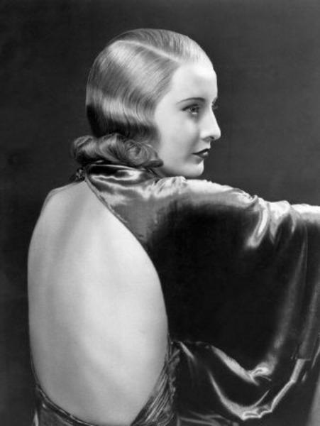 """2-Lily Powers (Barbara Stanwyck) (Baby Face) (1933):   Keskin bir erkek egemenliğinin ortasından yükselen bir bürokrasi eleştirisi sunan yapıt, Lily Powers'ın bedenini ve zekasını kullanarak şirket basamaklarını yavaş yavaş tırmanmasını masaya yatırıyor.   Zamanında sansür de yiyen filmin, bu konudaki cüreti ve 'vamp kadın' düşüncesinin önünü açmasıyla değeri büyük. Tabi """"Çifte Tazminat""""taki (""""Double Indemnity"""", 1944) benzer rolüyle ünlenen Barbara 'boğuk ses' Stanwyck'in kimliğini doğurduğunu ve başta bizim 'Kara Melek' olmak üzere 'pembe dizi'lerin esin kaynağına dönüştüğünü de ekleyelim."""