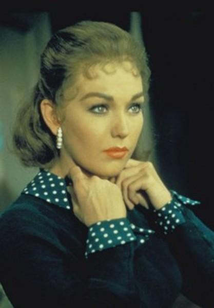 4-Madeleine Ester / Judy Barton (Kim Novak) (Ölüm Korkusu / Vertigo) (1958):   Her açıdan devrim yapan bu Hitchcock eserinde Kim Novak'ın 'iki karakter'e can verirken oluşturduğu 'şüphe' dolu değişim de bir hayli önemlidir. Zira gerçek anlamda 'suç' mizansenini gerilimin içinde canlandıran bu durum, damarımıza 'korku' doldurma şansına da erişmiştir. Bu da 'yüz ifadesi', 'makyaj derinliği', 'giysi detayları' ve 'saç rengi'nin oluşturduğu soru işaretleriyle 'rahatsız edici' bir figür armağan etmiştir sinemaya...