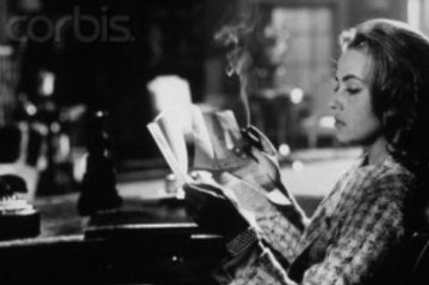 5-Juliette de Merteuil (Jeanne Moreau) (Tehlikeli Aşklar / Les Liaisons Dangereuses) (1959):   Juliette ile Valmont, birbirlerine yaşadıkları 'cinsel ilişkileri' anlatmayı seven bir çifttir. Bu 'fantezi' hayranlığı durumu, bir gün 'asla aşık olma' kuralının geçerliliğini yitirmesiyle bir aşk elektriğine dönüşür. Ancak Juliette'in bu konudaki duruşu sert ve tavizsiz olacaktır.   Choderlos de Laclos'nun sayısız sinema eserine uyarlanıp Annette Bening, Glenn Close ve Sarah Michelle Gellar görmüş 'karakter'i burada 'Jeanne Moreau' bünyesinde canlanıyor. Elbette yüksek bir aristokrasi eleştirisi ve insanları elinde oynatma güdüsüyle...