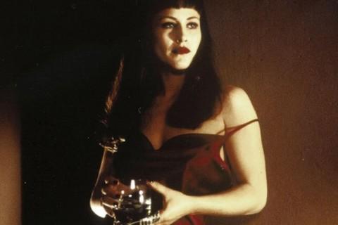 """6-Renee Madison / Alice Wakefield (Patricia Arquette) (Kayıp Otoban / Lost Highway) (1997):   Yüz ifadesiyle her daim tedirgin eden Patricia Arquette, bir 'David Lynch' bölünmesinin içinden seslenmiştir burada. """"Kayıp Otoban"""", onun bir porno yıldızı ile bir caz müzisyeninin kocasını bir arada canlandırdığı karakterinden güç alır. Sarışın ve esmer Arquette için ayrı ayrı paylar biçer. Lynch'in bellek dehlizlerine girip 'iki hikaye'yi parça pinçik etmesinden de 'gizem' aşılar."""