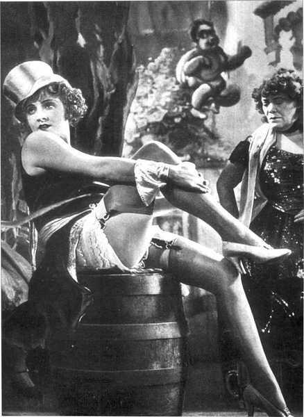 7- Lola Lola (Marlene Dietrich) (Mavi Melek / Der Blaue Engel) (1930):   Kendisine sakin bir öğretmeni aşık eden Lola, sinemanın en tehlikeli dansçısıdır. Bu ruhuyla da Marlene Dietrich'ten bir 'vamp kadın' imajı depolamıştır. Yüksek kara film estetiğiyle 'melodramatik' dönüşünü iyi ayarlayan bu 'gecelik ilişki' de kadının istediği yöne gidecektir. Elbette Josef Von Sternberg'in döktürdüğü bir eser eşliğinde...