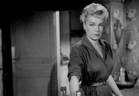9-Nicole (Simone Signoret) (Şeytan Ruhlu İnsanlar / Les Diaboliques) (1955):   Christina'nın kocası Michel ile yasak ilişki yaşayan başöğretmen Nicole'un hain bir planı vardır. Christina'ya Michel'i öldürüp okulun havuzuna atmayı önerir.   Ancak bunun başlangıcı da sonucu da o kadar 'diken üstünde' hale gelecektir ki adeta bu 'ölümcül' kadından korkmamak imkansız olacaktır. Hatırlamayanlar için hatırlatmakta fayda var; 1996'da Simone Signoret'nin karakterini Sharon Stone'un canlandırdığı bir de yeniden çevrimi üretildi bu filmin.
