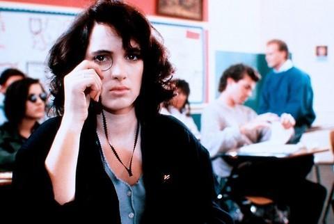 10-Veronica (Winona Ryder) (Heathers) (1988):   Okuldaki eğitim sistemine karşı gelen uçarı bir kızın Veronica'nın peşine bir erkek de takılınca cinayetler, kaçış yolu ve tutku devreye girecektir. Winona Ryder'ın buradaki tiplemesi gençlik kara komedisi adı altında anılabilecek özel bir tonlamayla asla sınır tanımaz. Umursamaz bir 'şiddet dediğin nedir ki?' anarşizminin adresine dönüşür.