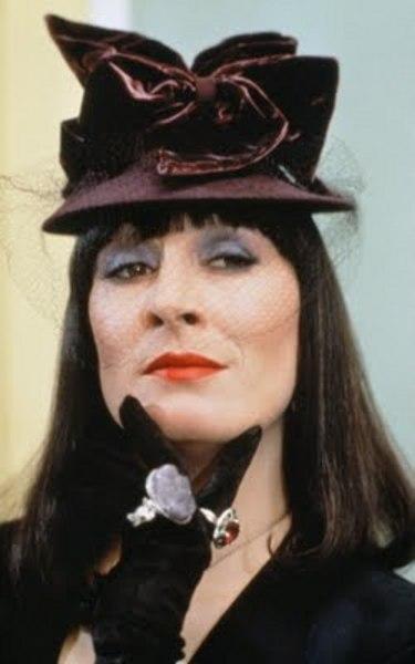 13-Eva Ernst ya da Büyük Cadı (Anjelica Huston) (Cadılar / The Witches) (1990):   Sinemada yan karakterlerin unutulmaz 'korkutucu kadın'larından birine dönüşen Huston'ın bu kimliği üzerine alması buradaki rolünden sonra olmuştur.   Çocukları tehdit eden bir cadı konferansının sunucusu Eva Ernst'in bir anda gerçekten 'cadı'ya dönüşmesi, öncesi ve sonrasıyla akıllarda kalmıştır. Elbette Roeg'un birazcık masalsı ve atmosfer odaklı yaklaşımı bu vurgunun üzerine koymuştur. Huston imgesini unutulmaz hale getirmiştir.