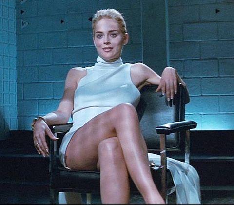 """14-Catherine Tramell (Sharon Stone) (Temel İçgüdü / Basic Instinct) (1992):   Sharon Stone, seri katil filmleri, Paul Verhoeven ve 'erotik-gerilim' düşüncesi adına birçok yere adını yazdıran bir yapıt... Kara filmi dönüştürerek kadın seri katilli bir 'slasher filmi'ne çeviren """"Temel İçgüdü"""", o kadının benliğindeki 'tehlike' ile de bir cinsel tansiyonun adresine dönüşmüştü. Stone'un bütün o konformizm, seksilik ve çekicilikle oluşturduğu, kadın kitleyi sinirlendiren kimlik de burada doğmuştu. Kuşkusuz Catherine Tramell olmasa onun kariyeri de olmazdı."""
