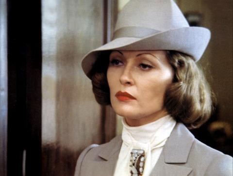 """18-Evelyn Mulwray (Faye Dunaway) (Çin Mahallesi / Chinatown) (1974):   Motife kattığı 'saf' ruhla sinemanın en etkileyici femme fatale'larından birine dönüşen Evelyn Mulwray, """"Çin Mahallesi""""nin 1990'daki yeniden çevrimde de karşımıza çıkmıştır. Başlangıçtaki siyah ağı ve şapkasından başlayan süreçte gerçek anlamda Büyük Buhran dönemindeki ensest, aile içi şiddet, tecavüz ve yozlaşmaya odaklanan bir şeylerin kıvılcımını yakar. Ancak her şey kara film dünyasının en çarpıcı komplosuna uzanacaktır."""
