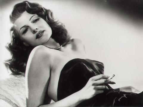 """19-Gilda (Rita Hayworth) (Gilda) (1947):   Tehlikesini daha ziyade entrikalarından ve sahne performanslarından alan Rita Hayworth'ın buradaki yorumu unutulmazdır. Ulaştığı yerin katkısıyla kadın kimliğine getirdiği yenilikle de akıllardan çıkmaz. Suç mizanseninin orta yerinde ayakları üzerinden duran birey olarak kadını tanımlaması """"Gilda""""nın en önemli özelliğidir."""