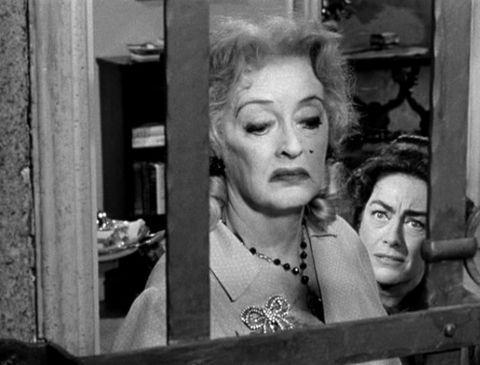 1- Baby Jane Hudson (Bette Davis) (Küçük bebeğe ne oldu? / What Ever Happened to Baby Jane?) (1962):   Yatalak kalan kardeşine yapmadığını bırakmayan Baby Jane Hudson'ın deliliğinin ve nefretinin portresi... Bette Davis'in Hollywood piyasasındaki 'şöhret olma' ve 'kuşak farkı' gibi kavramları birebir rekabet ve acı çektirmeyle yerine getirdiği eser, bir de tür yaratmıştı. Aynı zamanda burada Joan Crawford ile beraber oluşturduğu ikili, zamanla gerçek bir 'kült kitle' eğlencesine dönüştü.