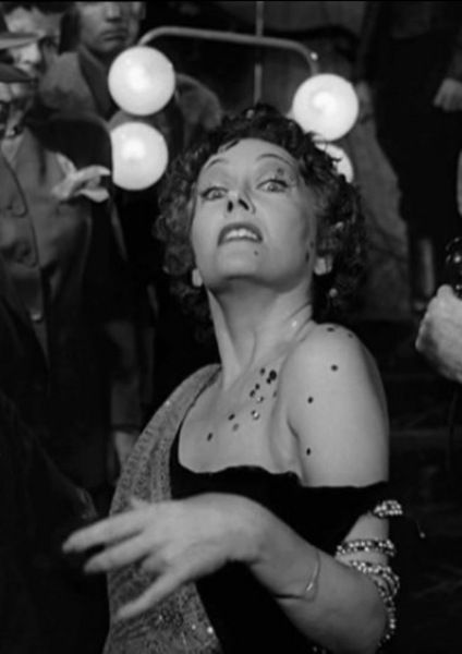 """3-Norma Desmond (Gloria Swanson) (Sunset Bulvarı / Sunset Blvd.) (1950):   Norma Desmond, sesli sinemanın hakimiyetiyle malikanesine çekilmiş ve bu durumun 'sinir'ini üzerinden taşıyan bir sessiz sinema aktrisi. Onun başrolünde oynadığı """"Sunset Bulvarı"""" ise gerçek bir Hollywood kabusu...   En kısa tanımıyla Desmond'ın senaryo yazdırdığı karakterle, dünyayla, piyasayla ve arkadaşlarıyla ilişkisinin 'korkunç'luğu, 'vahşilik'i ve 'tekinsizlik'i ile akıllara kazınan bir eser. Filmin sonunda kameraya doğru yürüyen bu karakterin bizi ele geçirdiği sekans da unutulmazlar arasındadır! Hollywood işte bu kadar korkunç olabiliyor!"""
