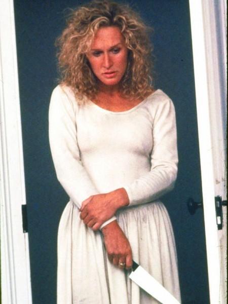 """20-Alex Forrest (Glenn Close) (Öldüren Cazibe / Fatal Attraction) (1987):   Belki de """"Tehlikeli İlişkiler"""" (""""Dangerous Liaisons"""", 1988) ile birlikte Glenn Close'un kariyerinin erken döneminde 'yan rollerdeki kötü kadınların unutulmaz yüzü' haline gelmesini sağlayan karakter diyebiliriz. Burada 'mutlu aile'yi tehdit eden Alex, bir anlamda zıvanadan çıkmasıyla da filme bir şey katmamıştır belki. Ancak kendi kariyerine çok şey katmıştır."""