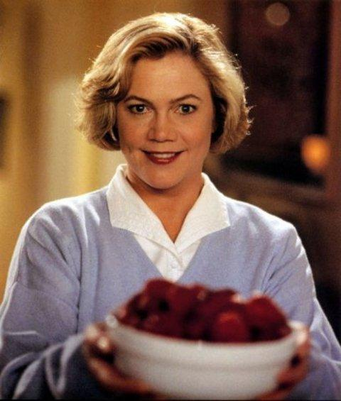 """23-Beverly R. Sutpin (Kathleen Turner) (Belalı Anne / Serial Mom) (1994):   Özellikle """"Vücut Isısı"""" ve """"Tutku Suçları""""ndaki femme fatale ve hayat kadını karakterleriyle sinemaya 'ısınan' Kathleen Turner'a John Waters'ın biçtiği payın adı... 'Seri anne', çaktırmadan cinayetler işleyen son derece düzgün bir 'ev hanımı'nın hikayesine uzanıyor. Banliyödeki suç meselesine 'aşağı'dan eğlenceli bir bakışın adresine dönüşüyor."""