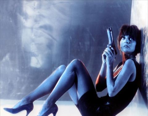 27-Nikita (Anne Parillaud) (Nikita / La Femme Nikita) (1990):  Gizemiyle ve entrikalarıyla değil de 'erkeksi' kimliğiyle bu listeye girmeyi hak eden bir prototip... Sonradan markaya dönüşen ismiyle de 'gizli casusluk' yapmak durumunda bırakılan Nikita, bir kadın kimliği temsilcisidir. Adeta 'erkek egemen' erkek filmlerinin bir anti-tezini sunar. Ama kendisini canlandıran Anne Parillaud'nun kariyerine fazla iyi gelmemiştir.