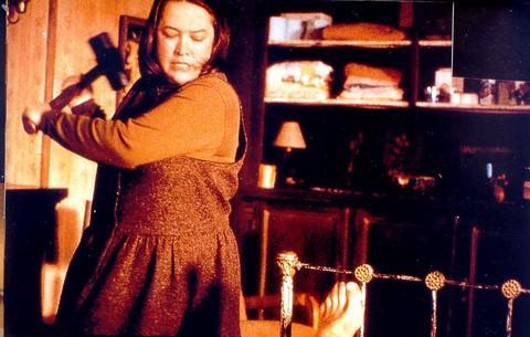 30-Annie Wilkes (Kathy Bates) (Ölüm Kitabı / Misery) (1990):  Kathy Bates'in 'tavizsiz' yüz ifadesinden güç alan karakteri, araba kazasından kurtardığı bir romancıya inadına işkence yapar burada... Bu tavizsiz 'kötücüllük' de ister istemez gerilimli bir süreç oluşturur. Bates'in belki de 'Dolores Claiborne' ile birlikte en böylesi yöne kayan rolü diyebiliriz.