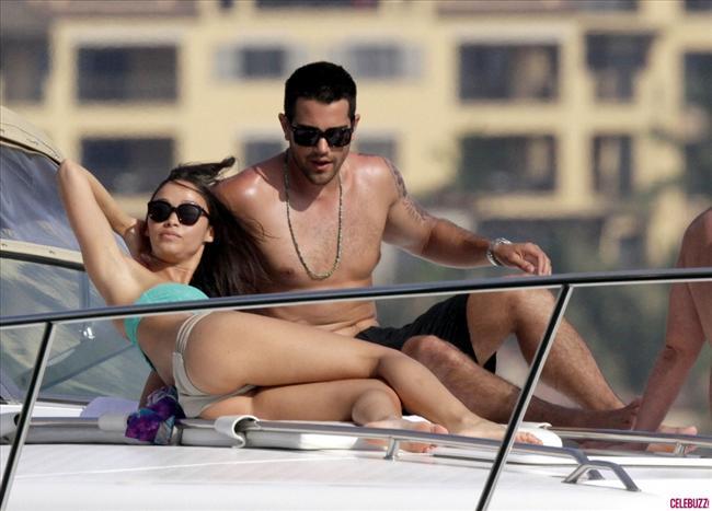'Desperate Housewives' dizisindeki jon Rowland karakteriyle tanınan aktö Jesse Metcalfe nişanlısı Cara Santana ile Meksika'da tatilde. Oldukça eğlenceli vakit geçiren ikilinin teknedeki samimi dakikaları objektiflere böyle yansıdı.