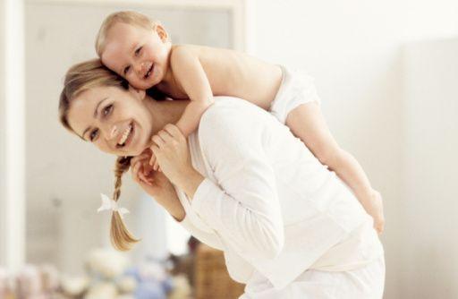 Alerji en çok 0-5 yaş arası çocukları etkiliyor, son 10 yılda bu yaş aralığındaki çocuklarda alerjik hastalık görülme oranı 2 katına çıktı.  Avrupa Birliği Küresel Sağlık Durum Raporu'na göre Avrupa'da 10 yaşından küçük her 4 çocuktan biri alerjik hastalıklardan etkileniyor.   Evdeki tozlar, deterjan ve bakım ürünlerindeki parfümler, uzun tüylü halılar, peluş oyuncaklar çocuğunuzdaki alerjik hastalıkların nedeni olabilir. Alerjik hastalıklara çocukluk çağında daha çok rastlanır. Çocukluk çağı alerjileri sadece bahar aylarında görülmez, Çocuk Sağlığı ve Hastalıkları Uzmanı Dr. Erdem Uzunoğlu, yaz, kış demeden çocukların sağlığını tehdit eden alerjilerle ilgili bilgi veriyor.  Alerjiler en çok 5 yaş altında ve süt çocuklarında görülür...  Alerjik hastalıklar ve alerjik reaksiyonlar her yaş çocukta görülebilmekle beraber en çok 5 yaş altında ve süt çocuklarında görülmektedir. Kabaca iki tür alerjiden bahsetmek mümkündür: İlki primer alerjiler; yani daha önce karşılaşmamış bile olsa o maddeye ilk karşılaşmasında alerjik reaksiyon gösterme halidir. Diğeri de alerjenle temas ede ede zamanla gelişen duyarlılaşma şeklinde ortaya çıkan alerjiler.