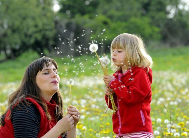 Çocuğunuzun neye alerjisi olduğunun farkında olun.  Çocuklarda çok fazla madde alerji nedeni olabilmektedir. En başta cilde temas eden kimyasallar gelir çünkü deri vücudumuzun en büyük ve geniş organı olup bu yüzeye temas eden maddeler deriden kana karışmak suretiyle alerjiye neden olabilmektedir. Ayrıca çok küçük yaşlardan itibaren inek sütü, yumurta akı, buğday fındık vs'ye bağlı ekzema şeklinde gıda alerjileri (sadece anne sütüyle beslense bile annenin yediklerine bağlı olarak ortaya çıkabilmektedir) ve daha büyük çocuklarda da polen, ev tozu, hayvan tüyleri ve küf mantarları gibi solunan partiküllere bağlı olarak solunum yolu alerjileriyle karşılaşmaktayız.