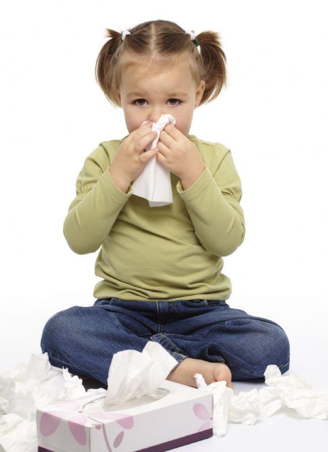 """Deri alerjileri daha çok küçük yaştaki çocuklarda olur  Egzama başta olmak üzere deri alerjileri deriye temas eden alerjen kozmetik ve kimyasallara bağlı olarak ortaya çıkabilmektedir. Egzama ayrıca inek sütü, yumurta akı, buğday vs gıdalarla da ortaya çıkabilir. Egzama gibi deri alerjileri daha çok küçük çocuklarda görülür. Bu çocuklarda yaşla egzama azalırken yaş ilerledikçe (3-4 yaştan itibaren) alerjik nezle, astım gibi solunum yolu alerjileri belirginleşir.  Çocuğunuzun parfüme alerjisi olabilir  Koku, parfüm, fragrans gibi maddeler her ne kadar polen, küf mantarı veya ev tozu gibi """"gerçek"""" alerjen olmayıp """"irritan"""" olarak kabul edilirlerse de bunların gerçek alerjik reaksiyonları tetikleyebildikleri görülmüştür. Bu maddelerle karşılaşılınca ortaya çıkabilen aksırık, göz yaşarması, burun kaşıntısı, baş ağrısı, deride kızarıklık vs reaksiyonu alerjik reaksion olarak kabul etmek gerekir. En tipik parfüm alerjisi çamaşır deterjanları ve yumuşatıcılarıyla ortaya çıkandır."""