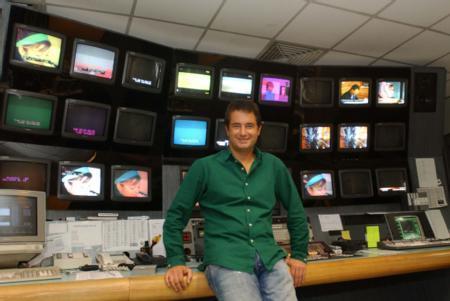 1995'te o dönem Show TV'nin mali kontrolörü İrfan Şahin aracılığıyla spor müdürü İlker Yasin ile tanıştı ve ayda 200 TL'ye  Show TV'nin spor servisinde işe başladı.