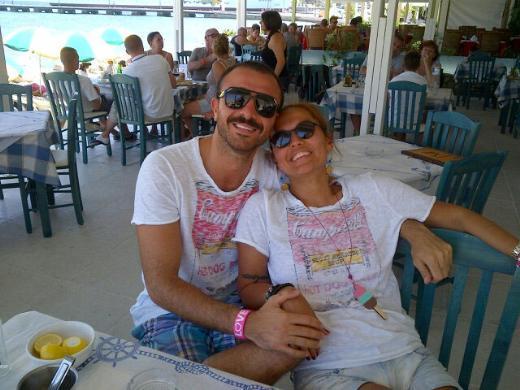 """DEMET AKALIN Ünlü şarkıcı Demet Akalın eşiyle birlikte çıktığı tatil fotoğrafını """"Atlayın gelin Bodrum şahane."""" mesajıyla yayınladı."""