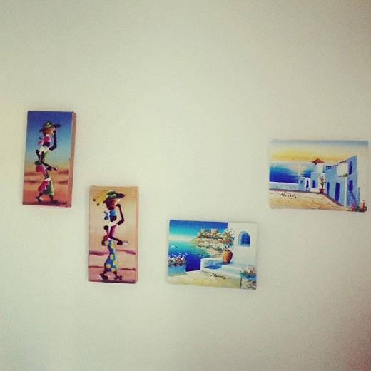 """ECE VAHAPOĞLU Ünlü sunucu Ece Vahapoğlu yazlık evinden çektiği bu fotoğrafı """"Yazlığımda gittiğimiz yerlerin tatil tabloları duvarları süslüyor."""" mesajıyla yayınladı."""